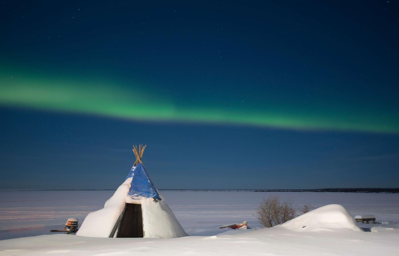 Teepee and aurora in Délįne